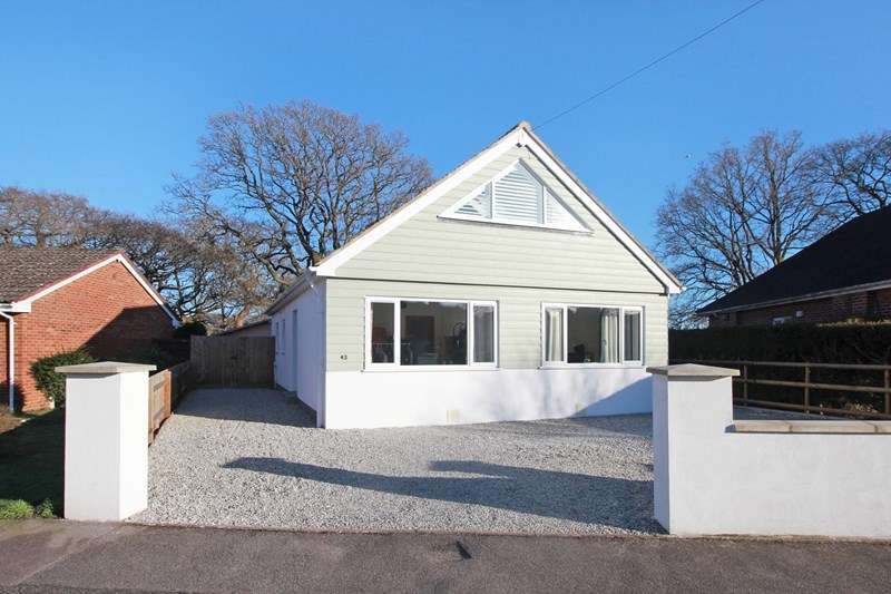 4 Bedrooms Detached Bungalow for sale in Suffolk Avenue, Christchurch