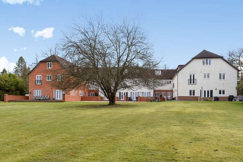 3 Bedrooms Apartment Flat for sale in Worplesdon