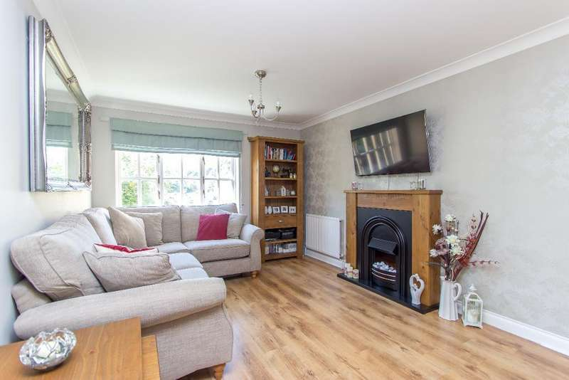 2 Bedrooms Flat for sale in Aspen Vale, Whyteleafe, Surrey, CR3 0XB