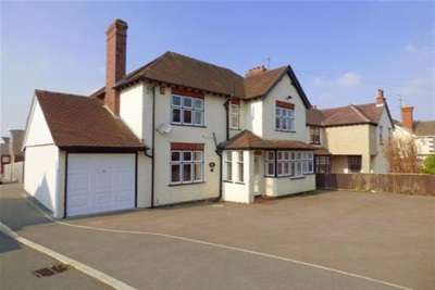 5 Bedrooms House for rent in Stroud Road, Gloucester
