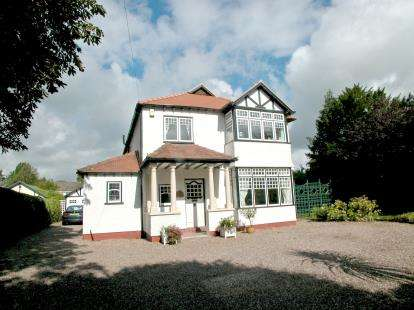 5 Bedrooms Detached House for sale in Hooton Road, Willaston, Cheshire, CH64