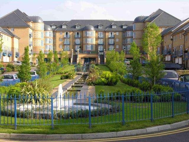 2 Bedrooms Flat for rent in Newland Gardens, Hertford,