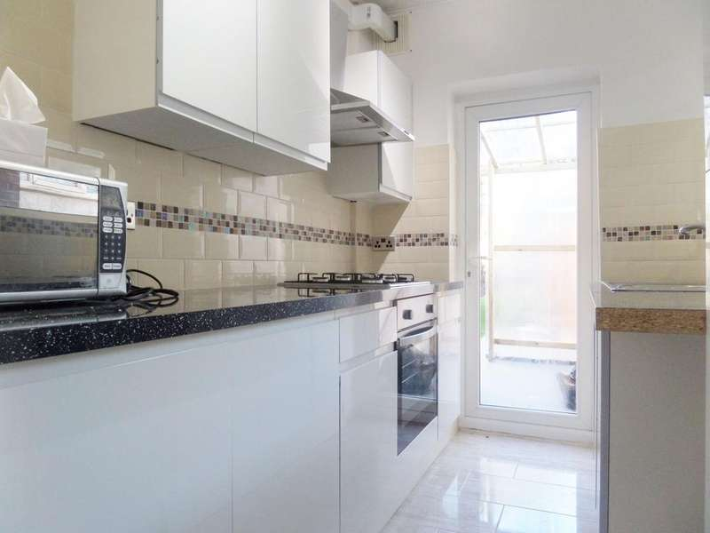 3 Bedrooms Semi Detached House for rent in Bargery Road, Catford