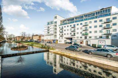 3 Bedrooms Flat for sale in Swan Court, Waterhouse Street, Hemel Hempstead, Hertfordshire