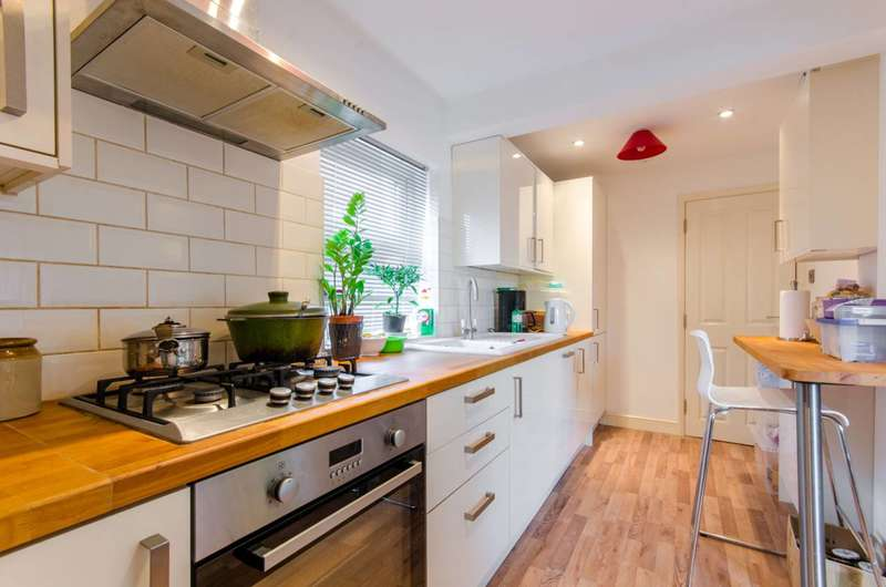 2 Bedrooms Flat for sale in Woodland Road, New Southgate, N11