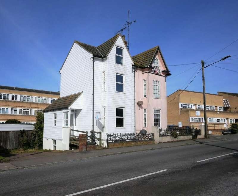 3 Bedrooms Semi Detached House for sale in Garrison lane, Felixstowe