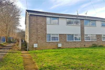 2 Bedrooms Flat for rent in The Paddock, Calmore