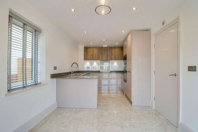 3 Bedrooms Semi Detached House for sale in Somerton Gate, Southend