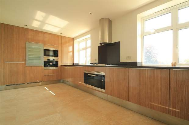 4 Bedrooms Flat for rent in Royal Connaught Drive, Bushey, Hertfordshire
