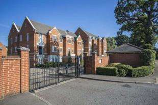 2 Bedrooms Flat for sale in The Comptons, Comptons Lane, Horsham, West Sussex