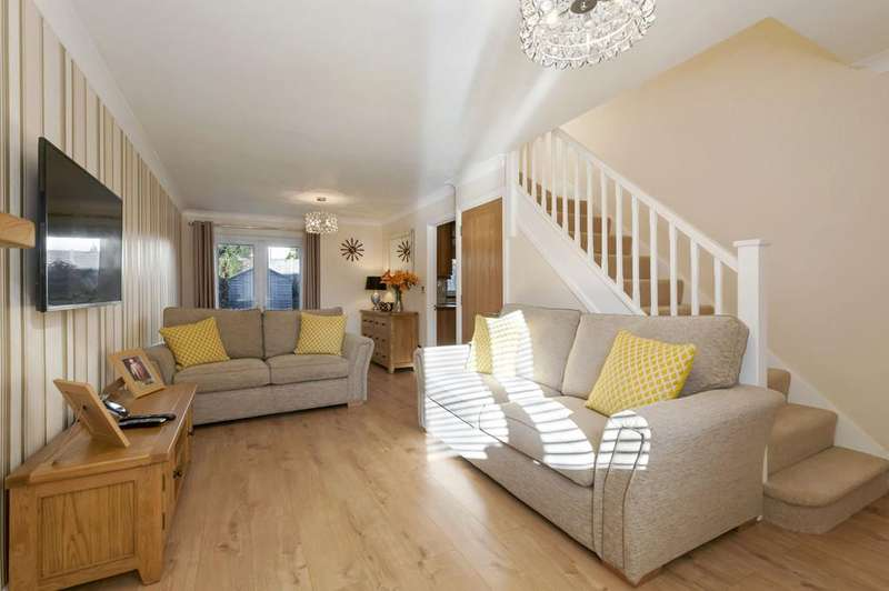3 Bedrooms Semi Detached House for sale in Crownfields, Weavering