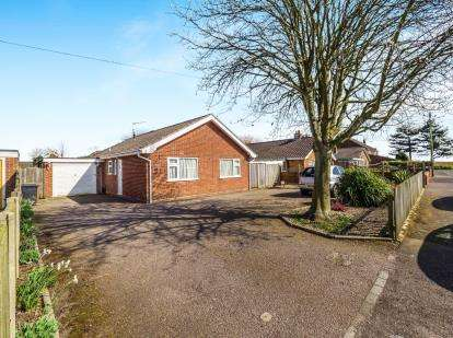 3 Bedrooms Bungalow for sale in Bacton, Norwich, Norfolk