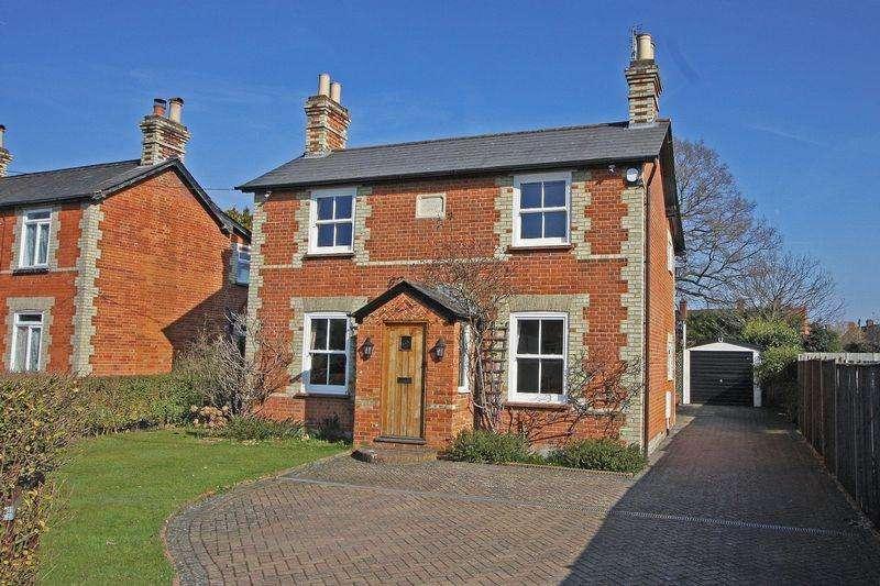 3 Bedrooms Detached House for sale in West End Village, Nr Woking, Surrey