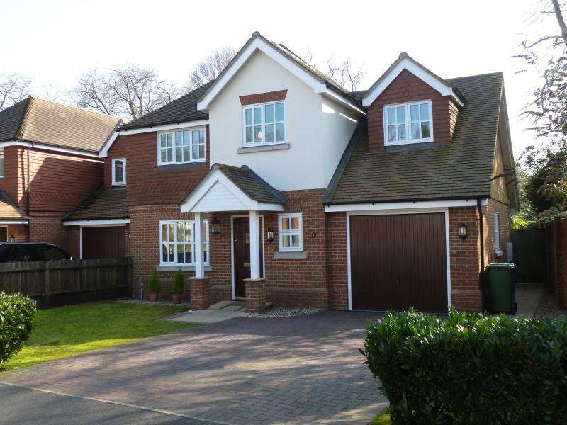 4 Bedrooms Detached House for rent in Canterbury Gardens, Farnborough, Hampshire