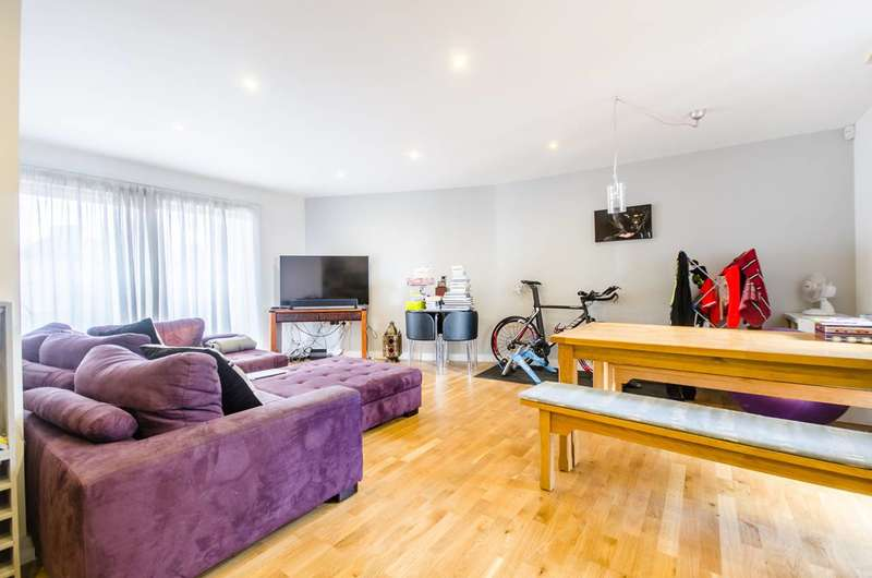 2 Bedrooms Flat for sale in St Peters Court, Lee, SE12