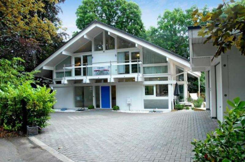 5 Bedrooms Detached House for rent in Crawley Drive, Camberley, Surrey