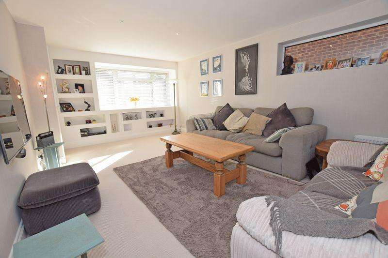 4 Bedrooms Detached House for sale in Hunters Way, Uckfield, TN22