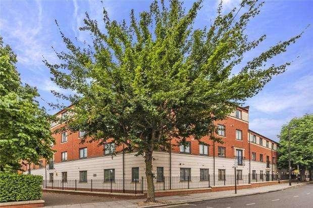 2 Bedrooms Flat for sale in Tollington Way, London N7