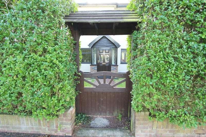 4 Bedrooms Semi Detached House for sale in The Drive, Goffs Oak EN7