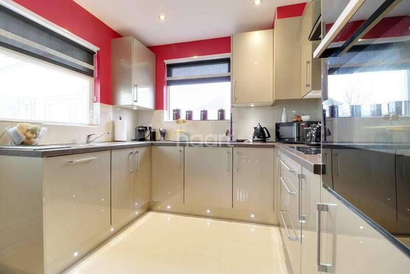 2 Bedrooms Bungalow for sale in The Ryde, Leigh-On-Sea