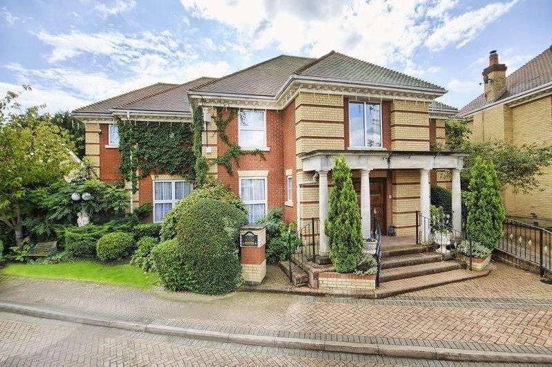 5 Bedrooms Detached House for sale in The Maples, St James Parish, Goffs Oak