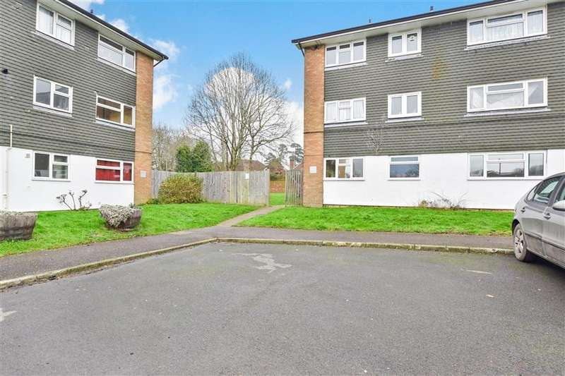 2 Bedrooms Ground Flat for sale in Castle Close, Reigate, Surrey