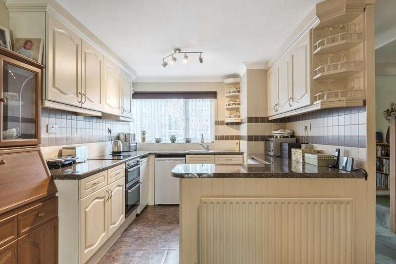 3 Bedrooms House for sale in Sutherland Gardens, Lower Sunbury, TW16