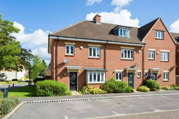 3 Bedrooms Property for sale in Montague Close, Slough, Berkshire, SL2 3DW