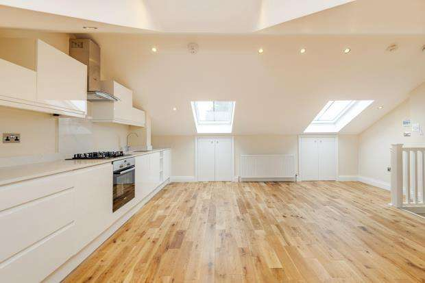 3 Bedrooms Flat for sale in Cheverton Road, Whitehall Park, London, N19