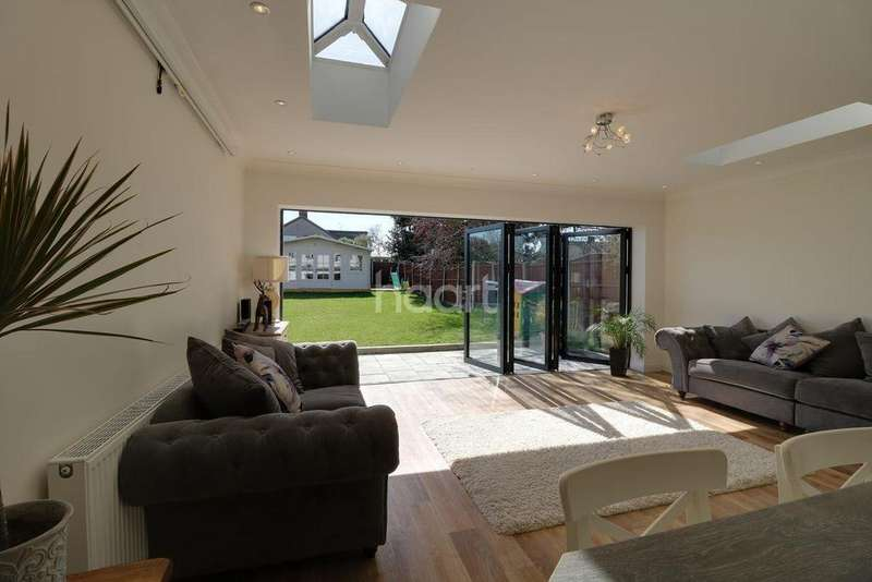 5 Bedrooms Semi Detached House for sale in Everest, Rayleigh