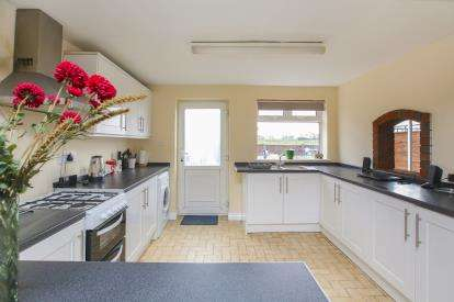 2 Bedrooms Terraced House for sale in Warwick Road, Macclesfield, Cheshire