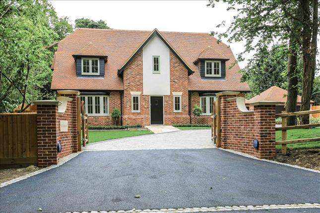 4 Bedrooms Detached House for sale in School Road, Kelvedon Hatch, Brentwood, CM15 0DW