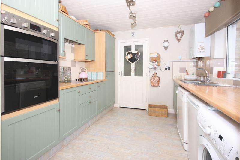 3 Bedrooms Detached House for sale in Woodend Close, Crawley