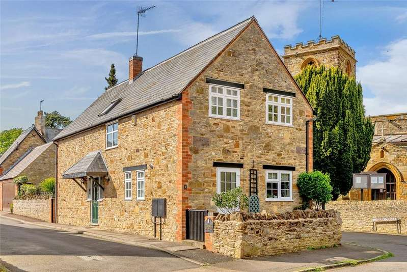 4 Bedrooms Detached House for sale in Barn Mews, Collingtree, Northampton, Northamptonshire, NN4