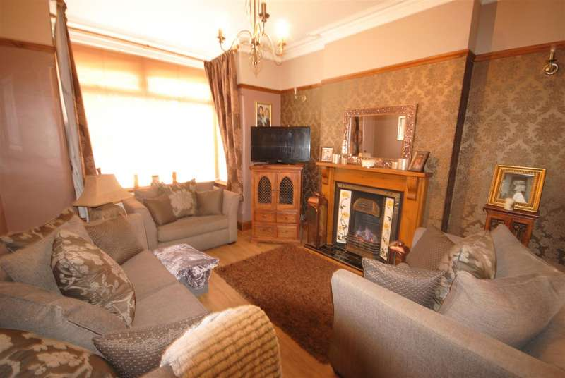 3 Bedrooms Semi Detached House for sale in Wigan Road, Ashton-In-Makerfield, Wigan