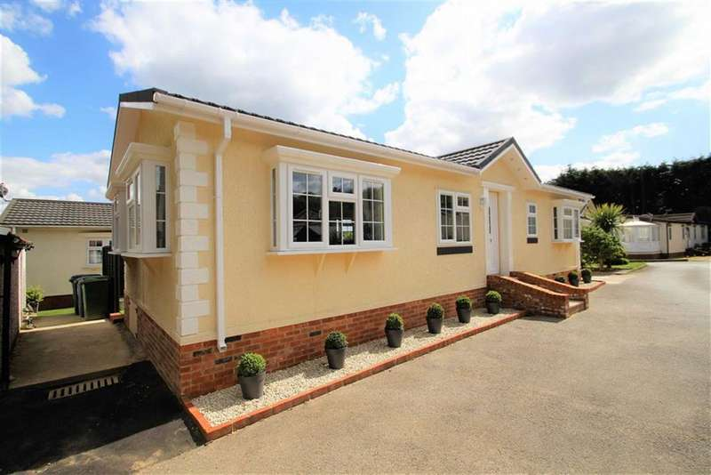 2 Bedrooms Park Home Mobile Home for sale in Layters Green Lane, Chalfont St Peter, Gerrards Cross