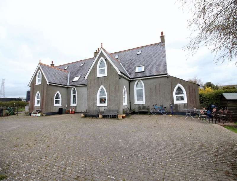 11 Bedrooms Detached House