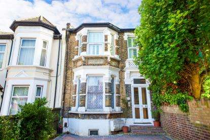 2 Bedrooms Flat for sale in Leytonstone, London