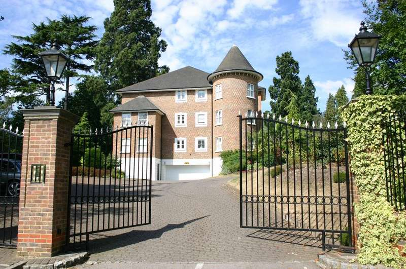 2 Bedrooms Flat for sale in TURRETED PENTHOUSE APARTMENT. AGINCOURT, CHEAPSIDE ROAD, ASCOT, SL5 7SJ