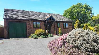 2 Bedrooms Bungalow for sale in Heath Road, Wirral, Merseyside, CH63