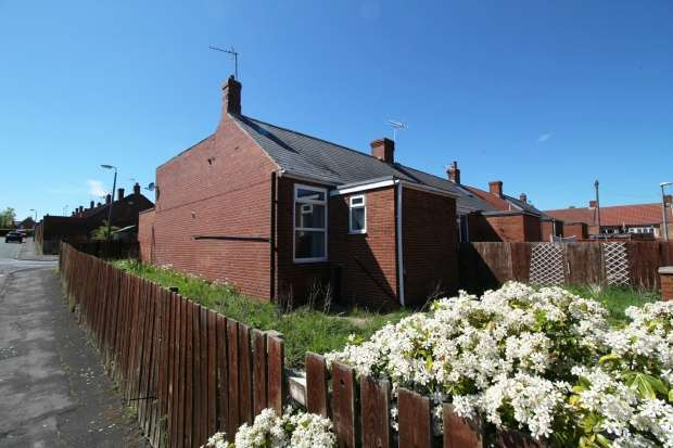 3 Bedrooms Semi Detached Bungalow for sale in Exeter Ave, Seaham, Durham, SR7 8LP
