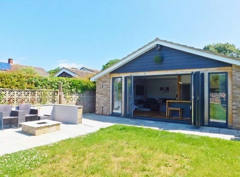 3 Bedrooms Detached Bungalow for sale in The Drive, Peel Common