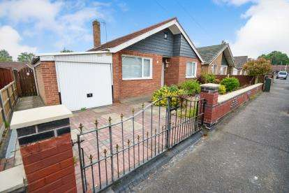 3 Bedrooms Bungalow for sale in Meadowlake Crescent, Lincoln, Lincolnshire, .