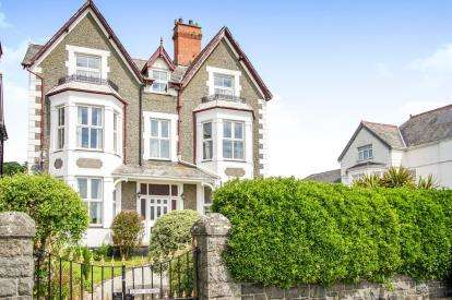 9 Bedrooms Detached House for sale in Porthmadoc Road, Criccieth, Gwynedd, ., LL52