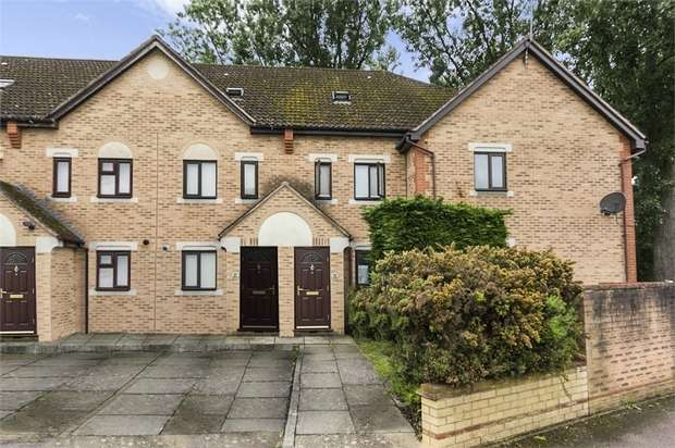 3 Bedrooms Town House for sale in Swan Drive, London