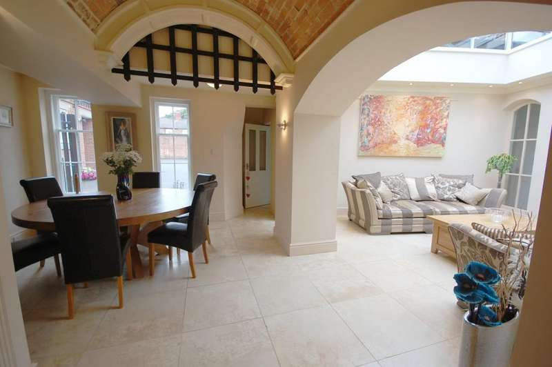 5 Bedrooms Town House for sale in The Old Police Station, Eastgate, Louth, LN11