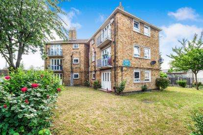 1 Bedroom Flat for sale in Road, Chingford, London