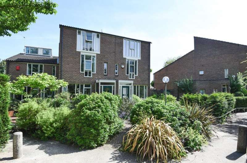 3 Bedrooms Semi Detached House for sale in Holm Walk London SE3