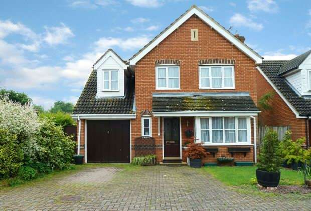 4 Bedrooms Detached House for sale in Foxborough, Swallowfield, Reading