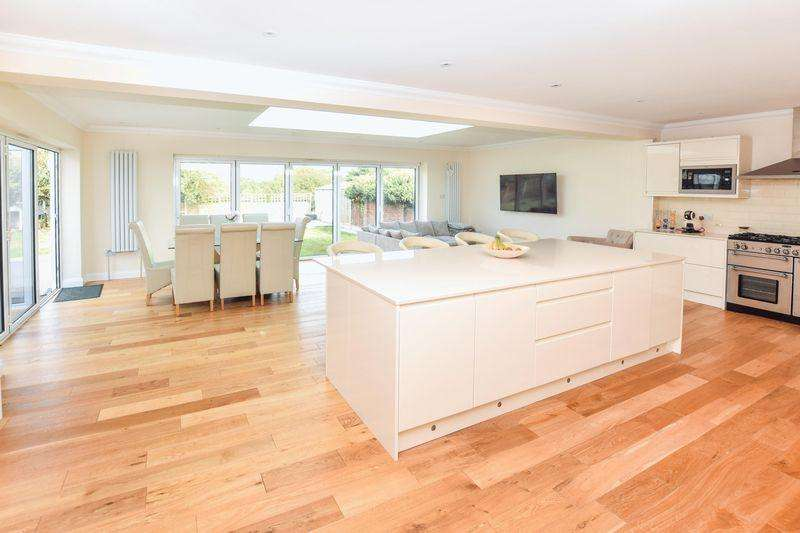 4 Bedrooms Detached House for sale in Horndon Road, Stanford-Le-Hope